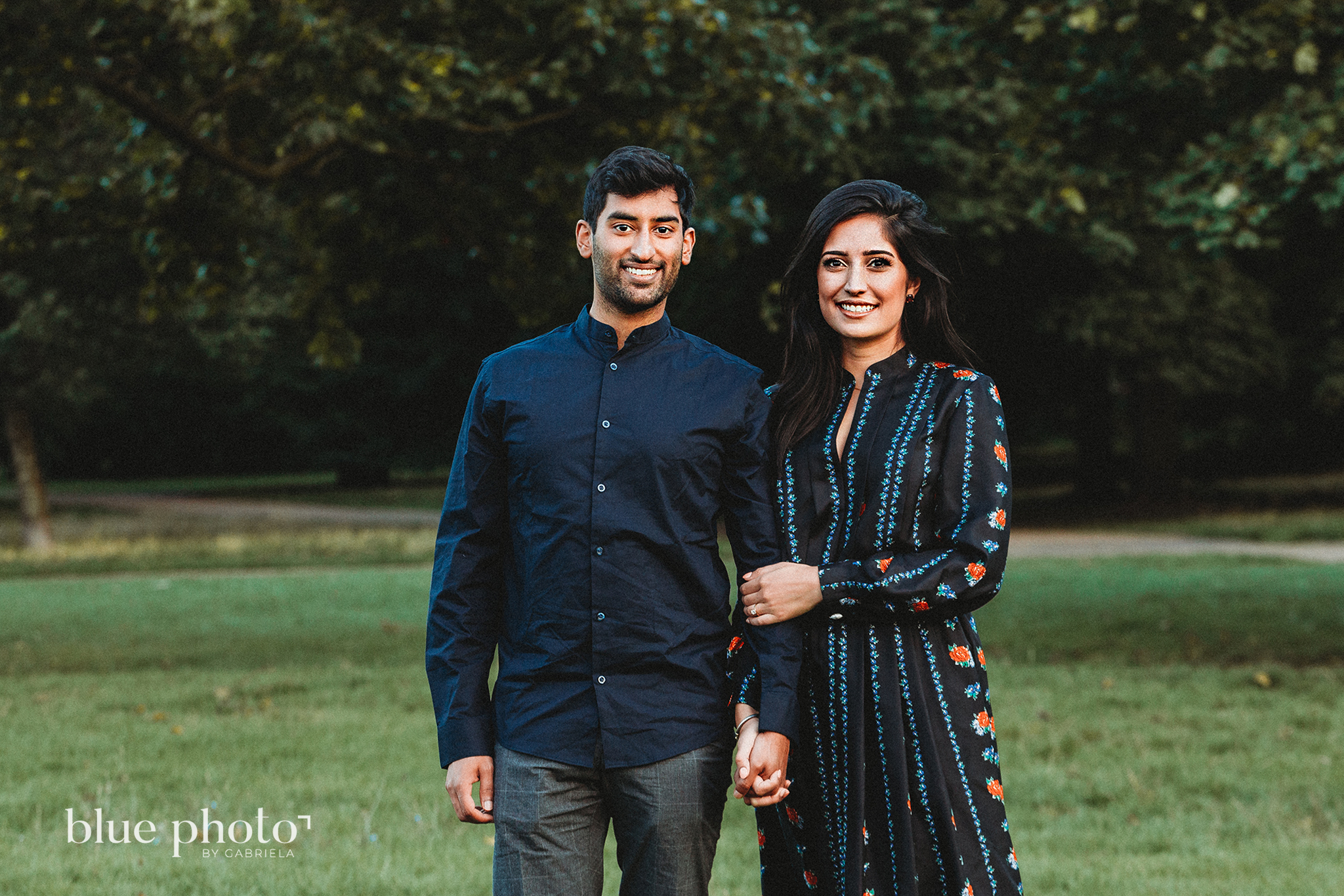 Engagement session in Kensingtom Gardens, Central London. A couple is smilling.